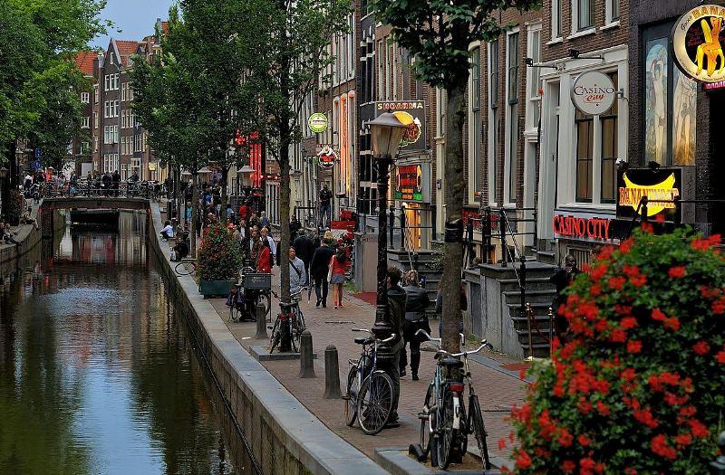 Di Red Light District Amsterdam Dilarang Memandang Terlalu Lama!